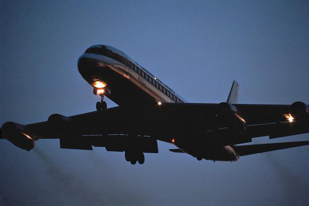 DC-8-62 JAL JA8035 Sunset approach 1987.11 (2)