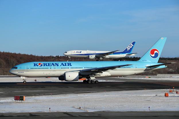 Boeing777の上に777がlanding???
