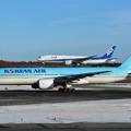 Photos: Boeing777の上に777がlanding???