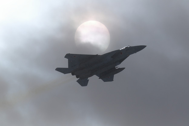 F-15と雪雲と太陽と