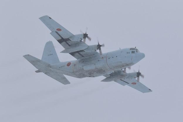 Photos: C-130R 9054 61FS 雪の中takeoff