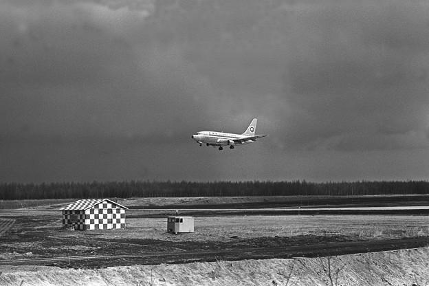 千歳 B737-281 全日空 JA8415 Rwy36R 1980.04