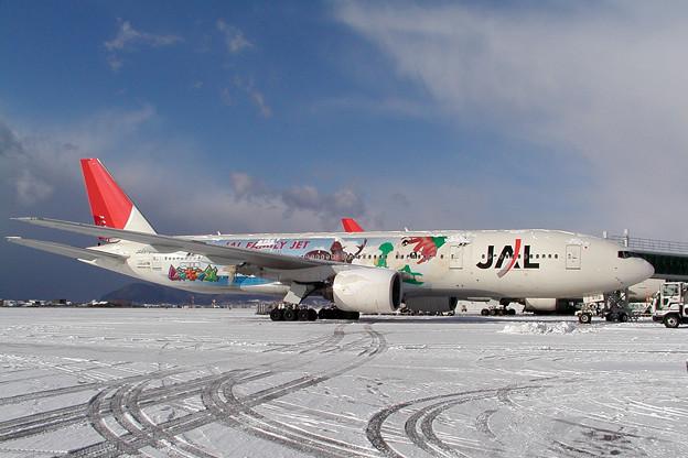Photos: B777-200 JA8979 JAL ムシキング 2005.12