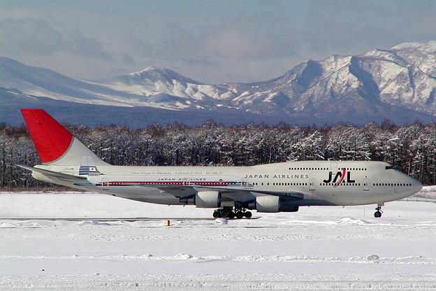 B747-446 JA8907 JAL  沖縄就航50周年 CTS 2004.02 (3)