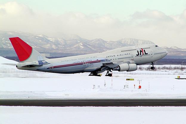B747-446 JA8907 JAL  沖縄就航50周年 CTS 2004.02 (4)