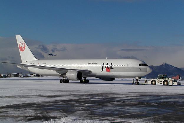 B767-300 JA8975 JAL HKD 2005.12