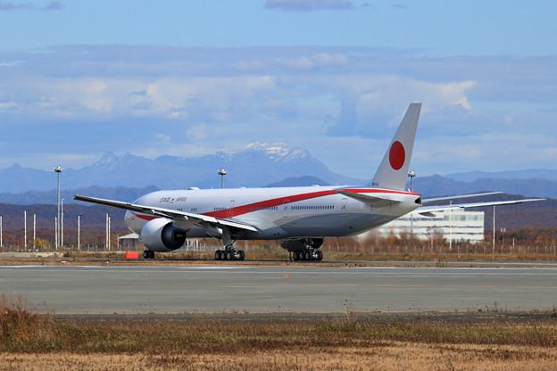 Boeing777と雪がちらりの夕張岳