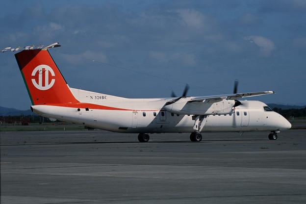 De Havilland Canada DHC-8 N320BC UNI CTS 2001.08 (2)