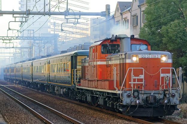 Photos: サロンカーなにわ【DD51 1183牽引】