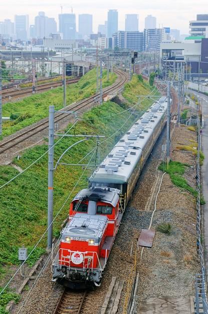 Photos: サロンカーなにわ【DD51 1192牽引】