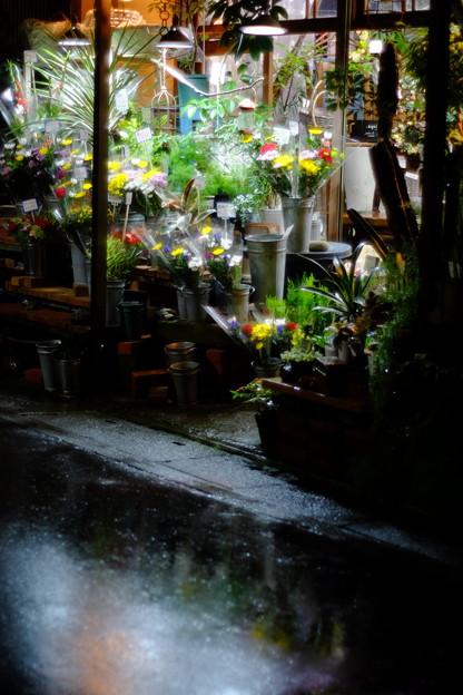 生花店の店頭、雨
