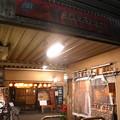 写真: ガード下飲食店街へ