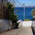 写真: 海へ続く坂道