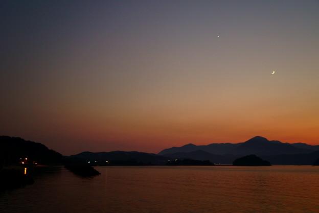 写真: 嵩山の夕空に