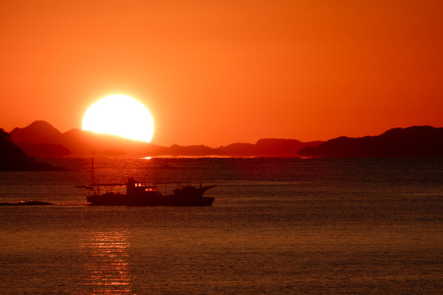 夕陽の海を突っ走る
