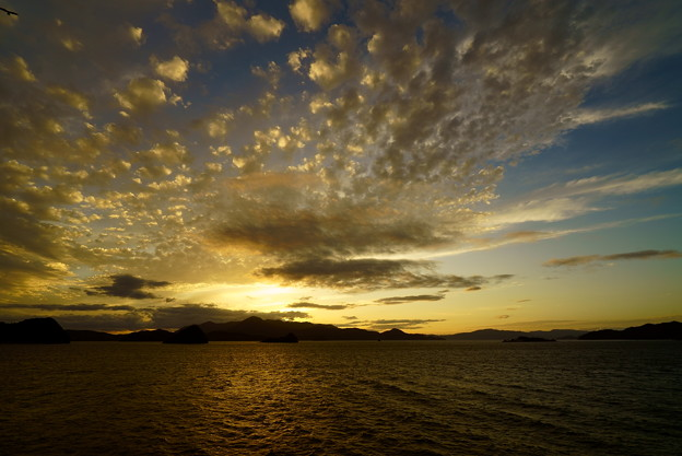 雲の多い西空