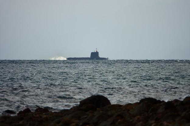 沖家室島沖を浮上航走中