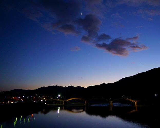 三日月を仰ぐ錦帯橋