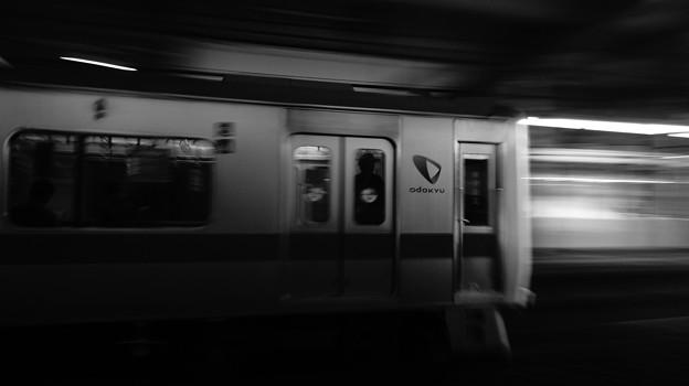 小田急電鉄…、モノクローム、流し撮り…。