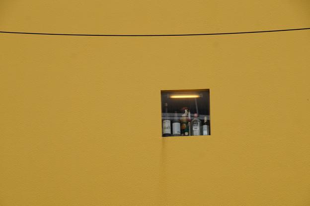 写真: 黄壁と小窓