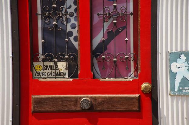写真: 招くドア