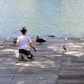 高松の池、女の子とカモさん