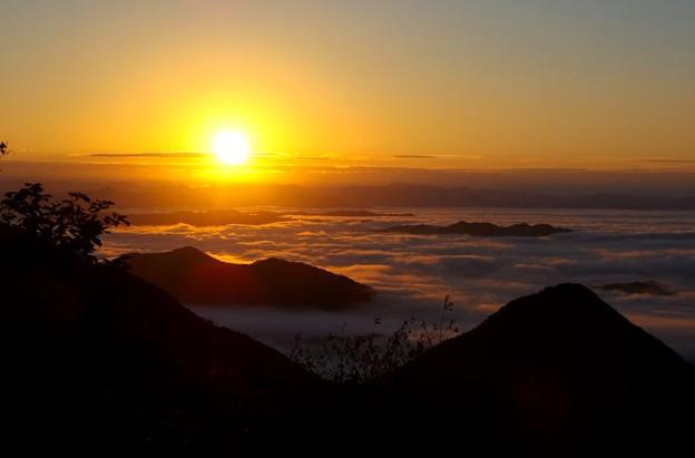 写真: 朝日に染まる雲海~大江山・鬼嶽稲荷神社より~