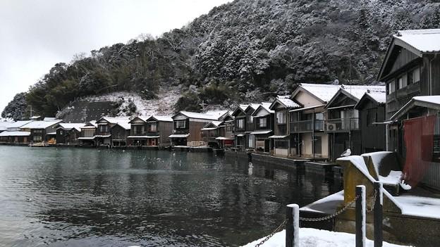 薄っすら雪化粧した伊根浦舟屋群