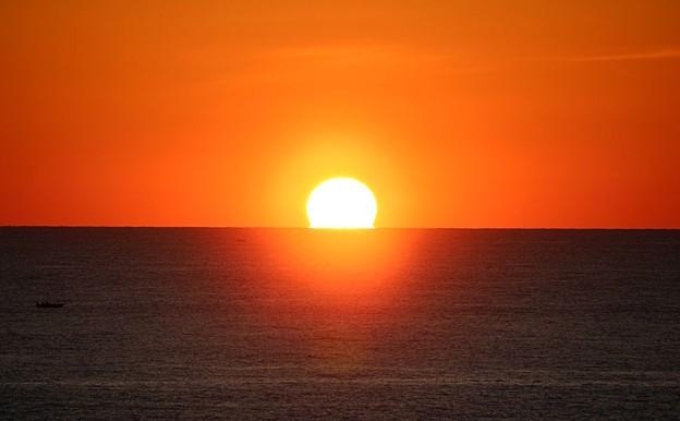水平線に沈む太陽(3)