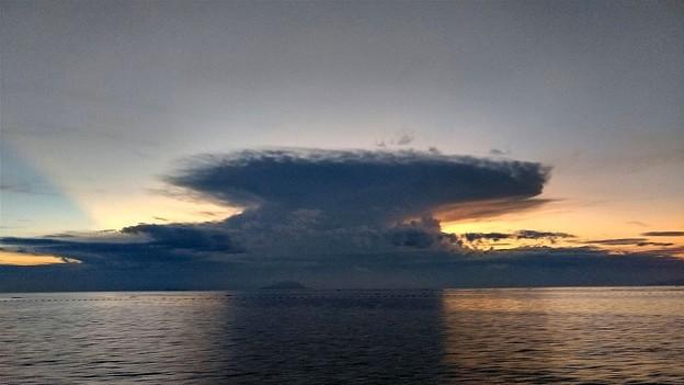 夜明けの巨大積乱雲