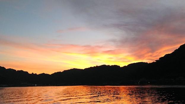 水面に映る漁村の朝焼け
