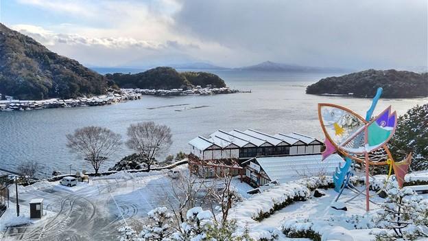 雪化粧した舟屋群と道の駅・舟屋の里公園