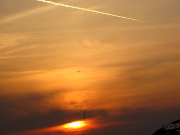 「夕日と機影と・・飛行機雲・・」・・・・