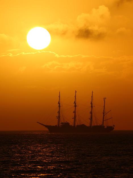 夕日と帆船