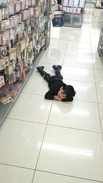 疲れた。女の買い物はまってられないの図