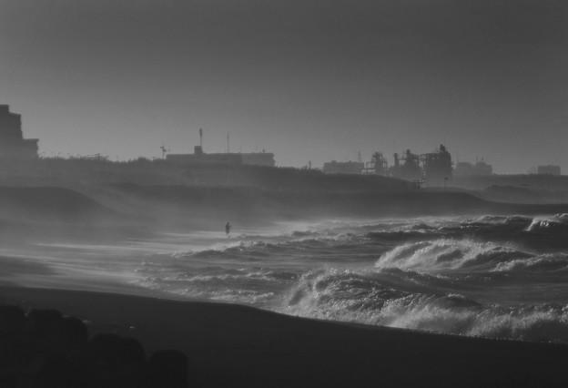 写真: 夜明けの釣り人 - 湘南にて