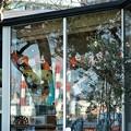 Photos: ハロウィンの飾りつけをする喫茶店