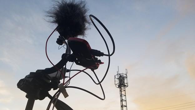 夕日に染まる配信機材と電波塔