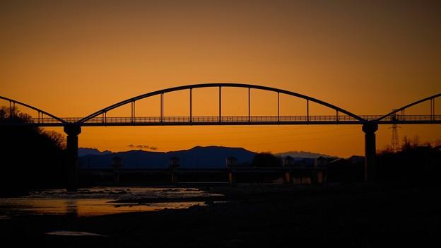 夕焼けに染まる橋