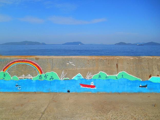 遥か遠くGWの讃岐富士がうっすらと見えるし瀬戸大橋もかすかに見えるよ♪