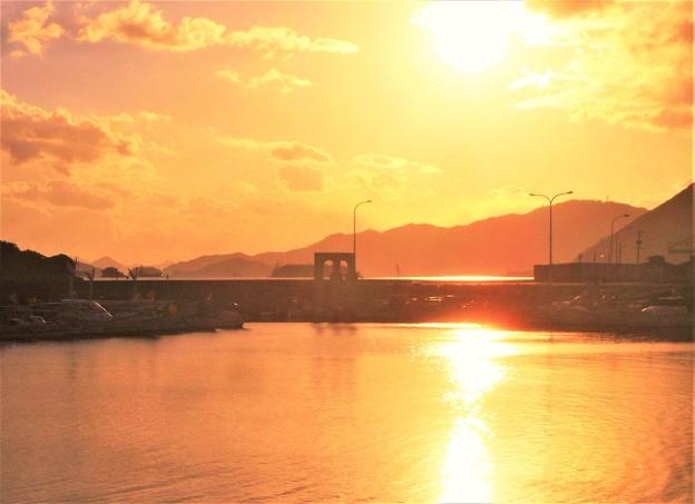 写真: 吉和漁港の夕暮れ@瀬戸内海・燧灘