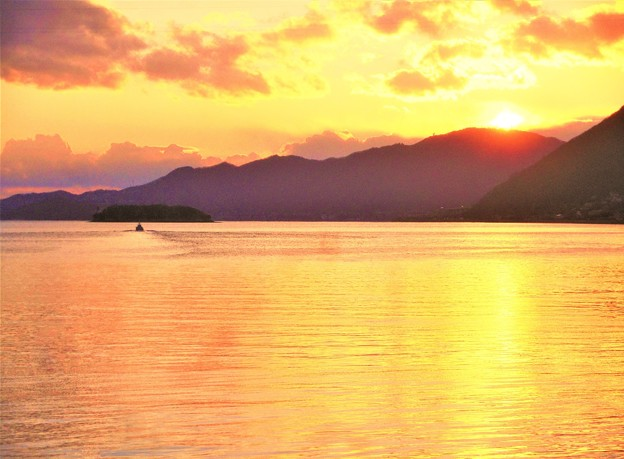 去りゆく船と瀬戸の夕暮れ@振替休日の海