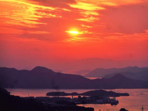 夕靄のしまなみ海道の夕陽@向島・高見山山頂展望台