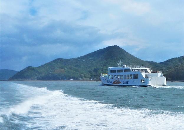 GWの荒れた海をフジライン金風呂丸がゆく@燧灘・北木島