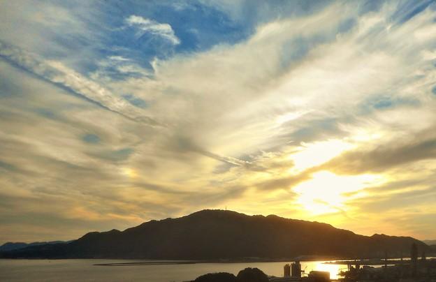 飛行機雲と虹色の〇〇〇のある夕景@糸崎の丘