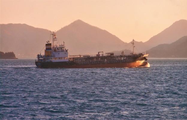 Photos: 荒海を行く船舶@瀬戸内海・糸崎沖