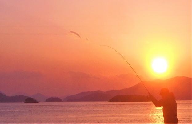 早春の夕暮れの海と太公望@燧灘(ヒウチナダ)