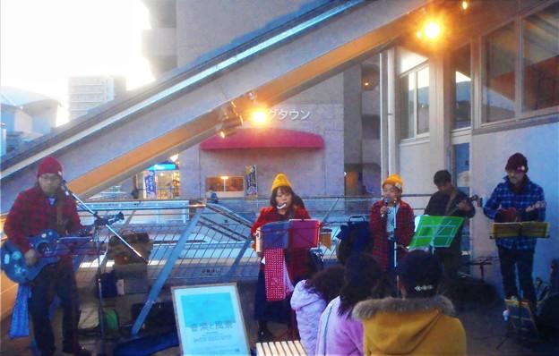 「カントリーロード」などを演奏する新駅舎新装オープン記念ライブ@JR尾道駅2F展望デッキ