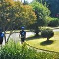 新緑の公園を歩く「走」るグループ