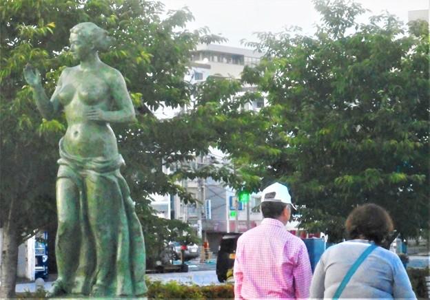 初夏の女神像@海岸通りの散歩道